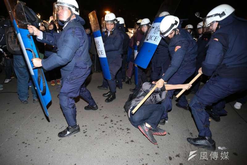 2014年反黑箱服貿運動期間發生「324行政院驅離事件」,當時現場警察暴力驅離聚集於行政院之民眾,甚至以警盾剁擊。(資料照,余志偉攝)