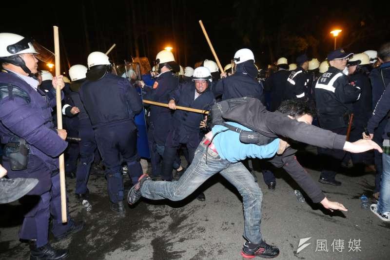 2014年太陽花學運時期,時任前台北市警察局局長黃昇勇因涉嫌用暴力作法驅離抗議群眾遭提告,最後判定其無罪。圖為324警方驅離的畫面。(資料照,余志偉攝)