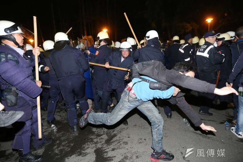 20140324-SMG0019-053-學生攻佔行政院,24日凌晨3點40左右警方開始驅離大門廣場的學生-余志偉攝.jpg