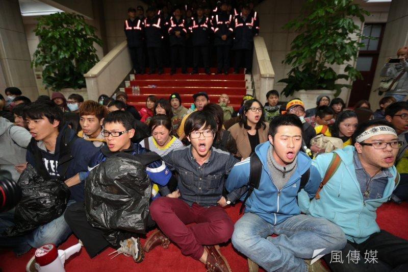 學生攻佔行政院,23日晚間12點40左右警方鎮暴部隊進入大門,學生準備被驅離。余志偉攝