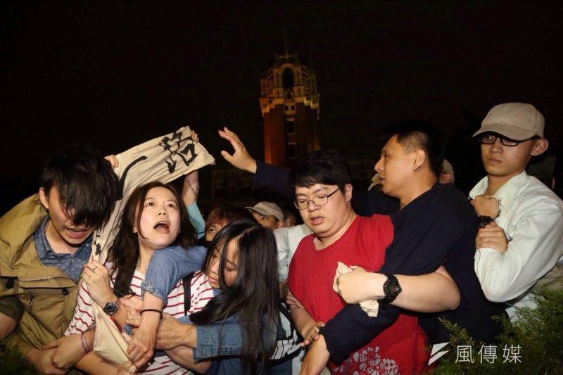 為抗議馬政府申入亞投行,黑島青等團體於晚間9時30分衝入總統府廣場。(楊子磊攝)