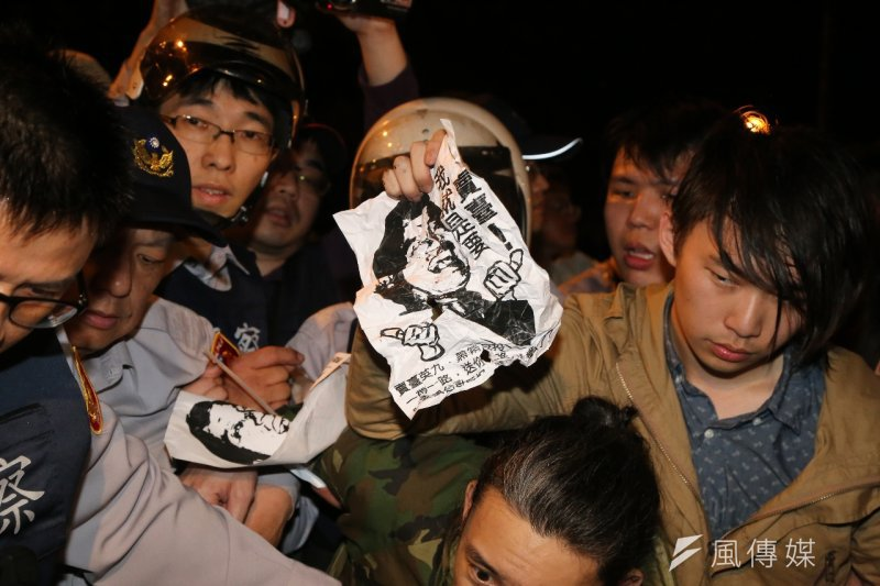 台灣確定無法成為亞投行創始會員國,實質影響未必是加入權益的影響,而是國內的反對爭吵更盛。圖為反亞投行團體於總統府前抗議(資料照片,楊子磊攝).jpg