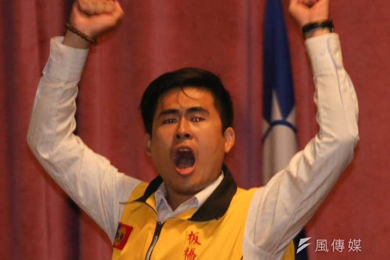 新黨青年委員會召集人王炳忠父子19日凌晨遭台北地檢署搜索,王炳忠不願開門,與執行公務的調查員、警察僵持約40分鐘。(資料照,余志偉攝)