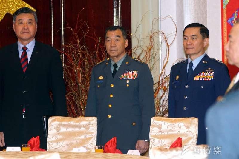 前參謀總長邱國正(中)出任退輔會主委,陸軍出身的他治軍嚴謹。(資料照,蘇仲泓攝)