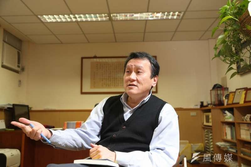 中研院院士朱敬一認為,台灣是否加入亞投行議題,之所以成為重大爭議,顯示的是人民對政府的信任出了問題。(吳逸驊攝)
