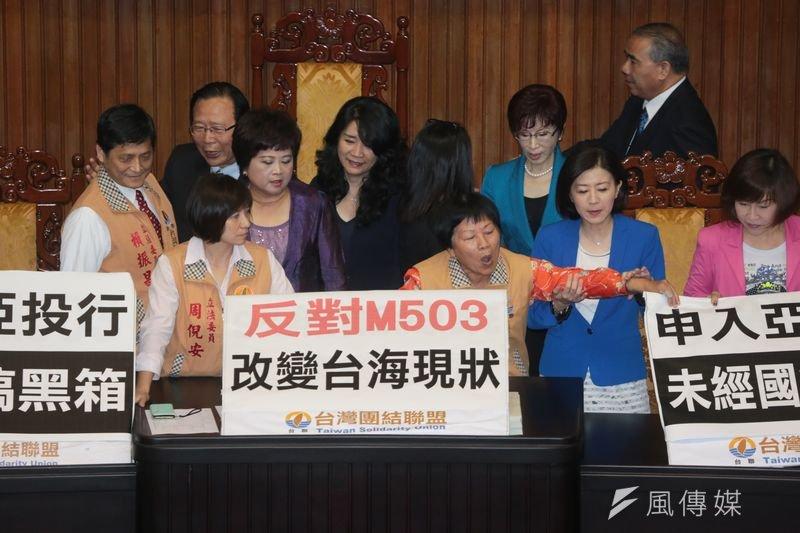 台聯佔領立法院主席台,抗議M503航路。余志偉攝。