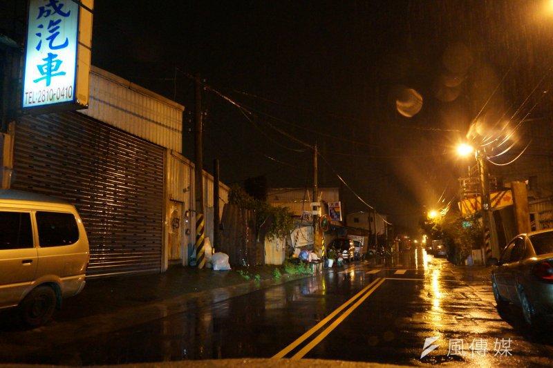 社子島最繁華的主幹道延平北路,在夜晚也只見孤燈幾盞,毫無人氣。(王彥喬攝)