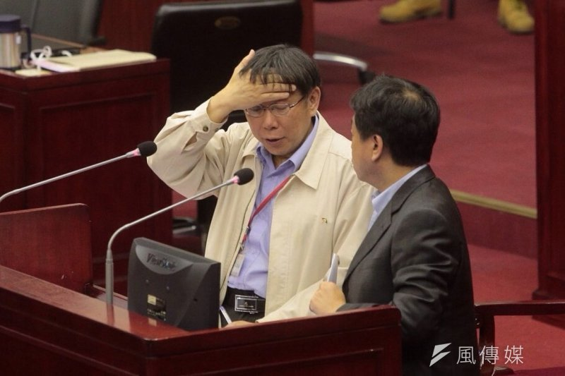 市長柯文哲(左)14日到市議會備詢,表示微調課綱最重要的是考試版本。(楊子磊攝)