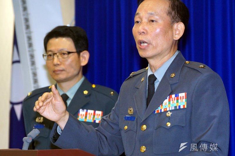 陸軍司令部政戰主任黃開森少將說明六O二旅頭盔案。(蘇仲泓攝)