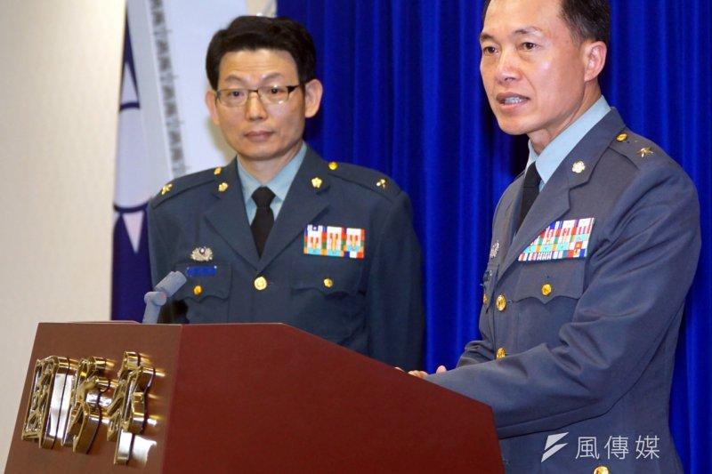 作戰計畫次長室聯戰處長鐘樹明(右)說明7月份兵力展示。(蘇仲泓攝)