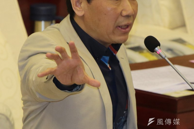 國民黨台北市議員鍾小平宣布參選國民黨主席,並宣示當選後將立刻開除連戰。(余志偉攝)