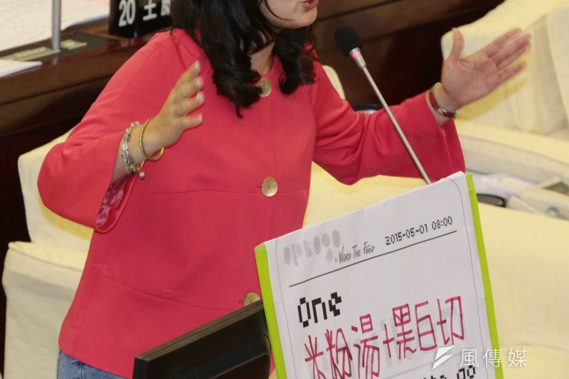 民進黨黨團總召吳思瑤要求柯文哲針對昨夜33名反課綱群眾與學生被捕道歉,並追究責任。(余志偉攝)