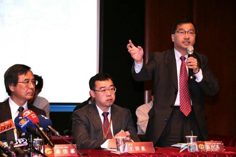 遠雄副總經理蔡宗易(右一)表示,對於市府提出停工的要求表達遺憾,遠雄會研討後審慎應對。(資料照,余志偉攝)