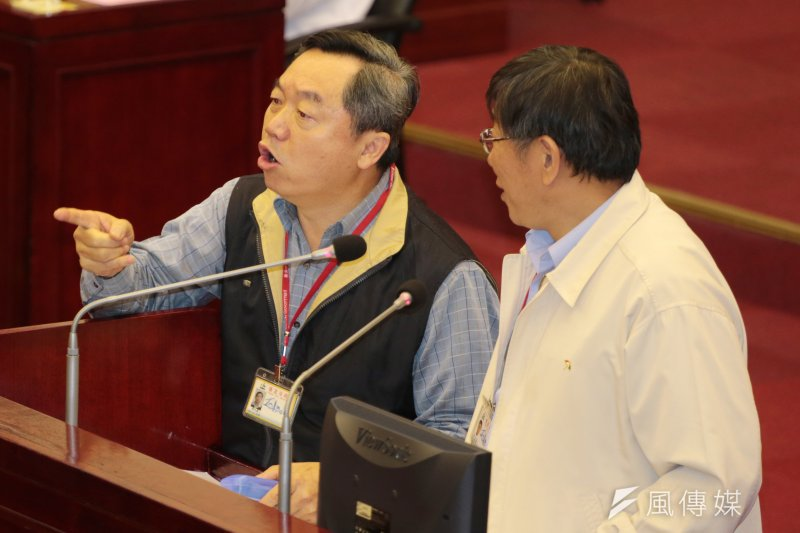 據傳即將接任國民黨行管會主委的邱大展(左),僅表示柯文哲尚未批准辭呈,其他一切言之過早。(資料照,余志偉攝)