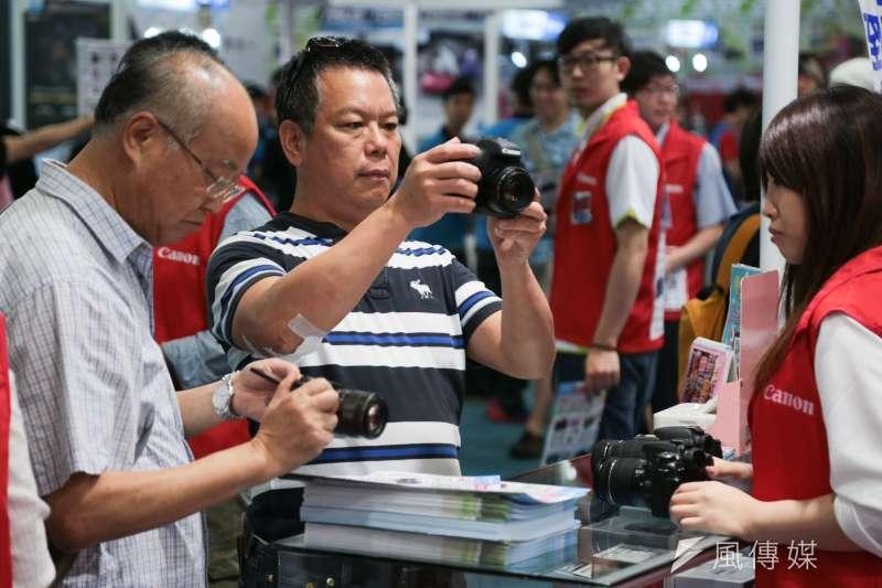 數位相機市場日漸式微,原是全台超過半數家庭都有的設備,如今化作另一滴「時代的眼淚」。(資料照,余志偉攝)