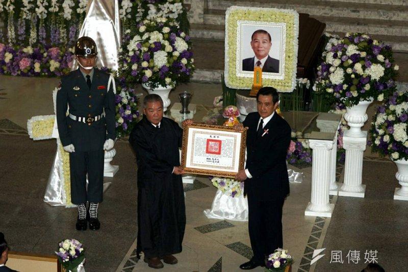 總統馬英九參加蔣仲苓告別式,親自頒發褒揚令。(蘇仲泓攝)