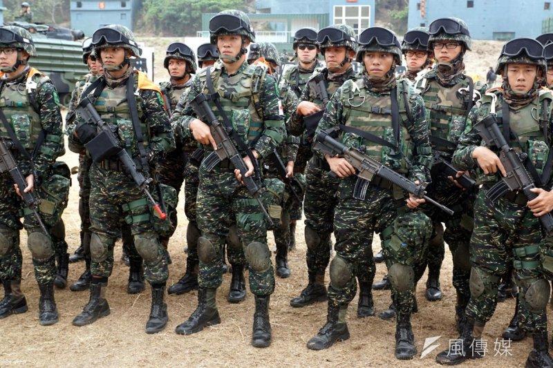 國軍現在單兵火力為步槍,最多配帶手榴彈,和美軍相比是遠遠不夠的。圖為104年國軍海軍陸戰隊春節加強戰備操演。(資料照,蘇仲泓攝)