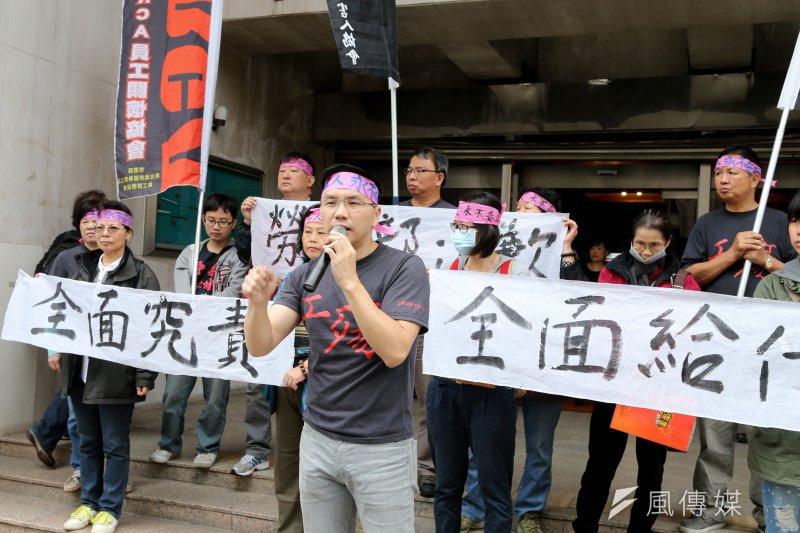 RCA員工關懷協會及工傷協會22日一早再次到立法院前抗議,並試圖衝進群賢樓,要求旁聽今日的RCA專案報告。(吳逸驊攝)