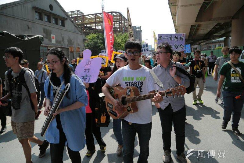 松菸護樹遊行現場民眾熱情滿溢,還有音樂演奏,為公民運動譜上濃厚「文青風」。(余志偉攝)