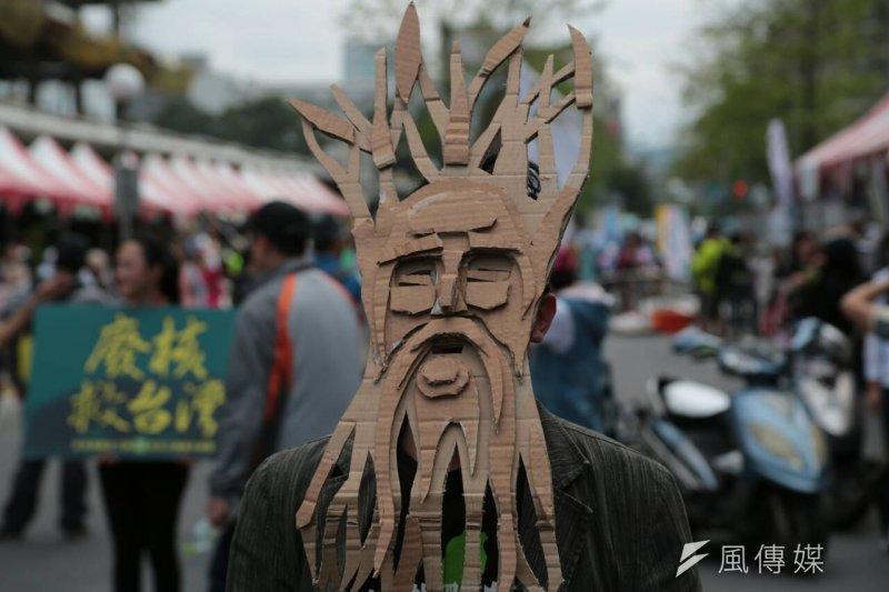 在松菸護樹遊行中,民眾頭戴著自行製作「樹人」頭套,希望如同電影中樹人一般,為保護森林存而努力。(余志偉攝)