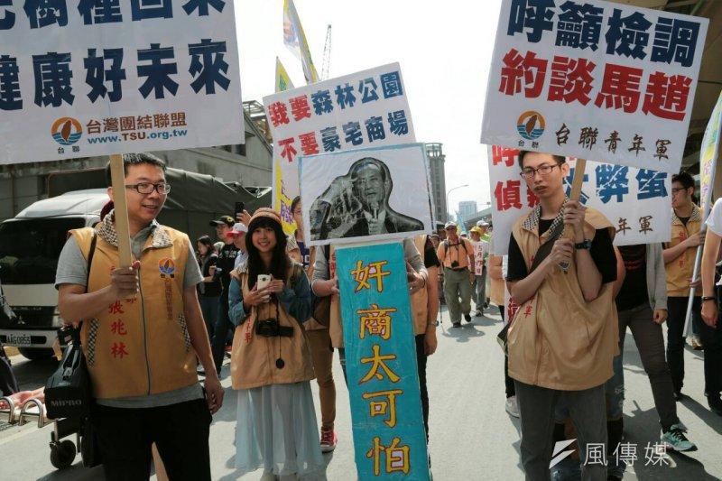 民眾諷刺遠雄董事長趙藤雄日前說「政治太可怕」製作出的海報「奸商太可怕」。(余志偉攝)