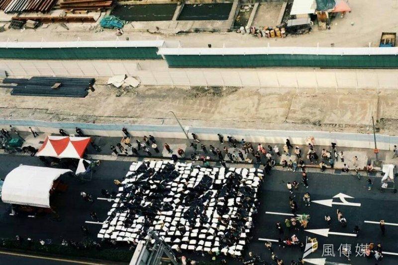 「松菸護樹」舉辦大遊行,最後回到光復南路的護樹基地、大巨蛋工地旁,由現場360位民眾排出「解約」2大字,向遠雄表達不滿。(松菸護樹臉書)