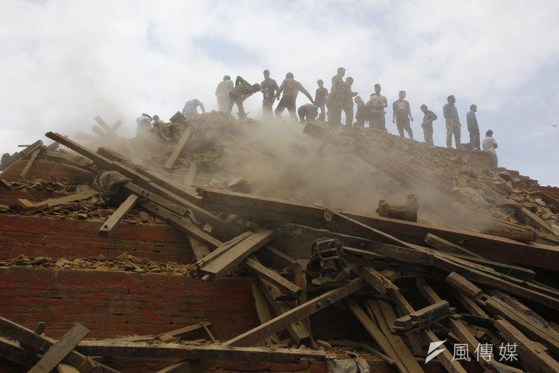 尼泊爾許多房屋倒塌,造成民眾無家可歸或是害怕餘震不敢返家。(美聯社)