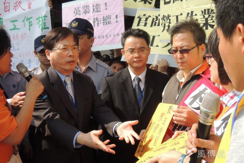 去年五月一日,勞工到勞動部前舉辦「表揚失業模範勞工」抗議活動,由當時仍為勞動部次長的郭芳煜出面接受陳情書。(葉瑜娟攝)