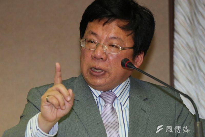 民進黨立委李俊俋質詢中選會,有關朱立倫辭新北市長再參選問題。(余志偉攝)