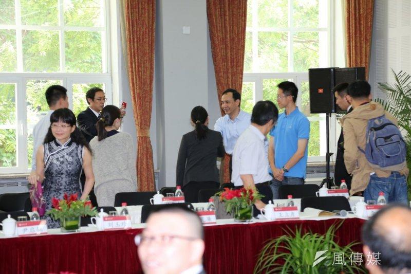 國民黨主席朱立倫4日下午回到20年前曾經在此擔任客座教授的北京大學光華學院,院方找了「朱教授」的同事、學生齊聚一堂、重溫舊夢。(羅暐智攝)