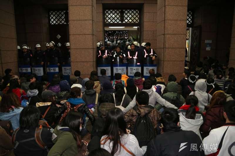 20140324-SMG0019-037-學生攻佔行政院,23日晚間12點40左右警方鎮暴部隊進入大門,學生準備被驅離-余志偉攝 (複製).jpg