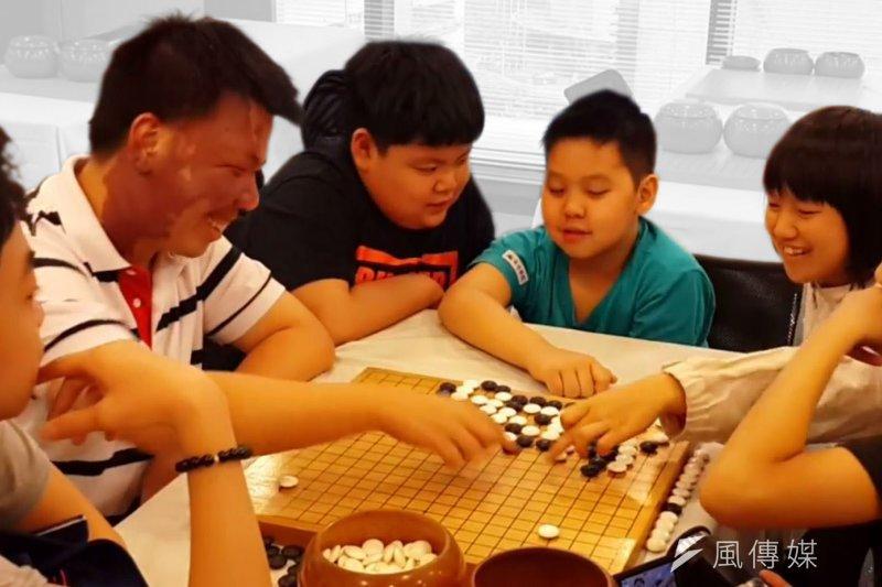 道場學員在海鋒棋院上課與周俊勳老師討論下棋思路。
