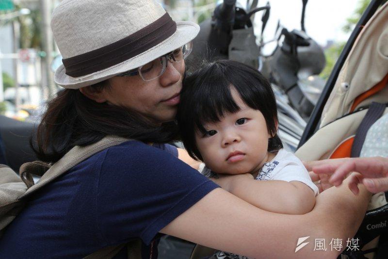 台灣托育政策的不足,讓母親們長期勞累,社民黨提出「好的長照托育政策就是最棒的母親節禮物」。(楊子磊攝)