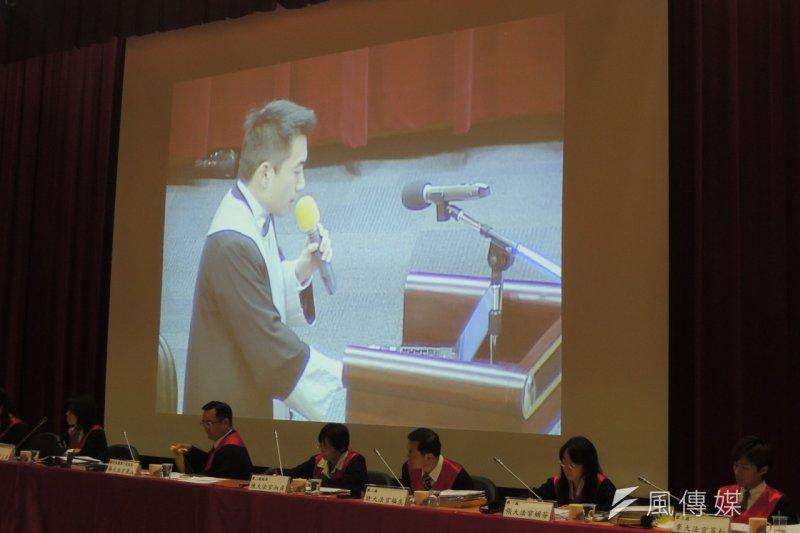模擬憲法法庭上,主張死刑違憲的聲請方律師李宣毅(後方螢幕)於結辯時道出外婆死於搶劫意外的被害經驗,讓全場動容。(葉瑜娟攝)