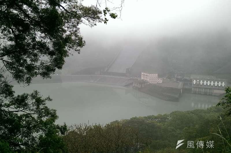 臉書粉專「天氣即時預報」指出,台灣水庫水量已達近17年同期最低,如今曾文、石門、翡翠3大水庫蓄水量都不及5成,如果再沒有颱風或不下雨,「2021上半年必定缺水。」圖為石門水庫。(資料照,方炳超攝)