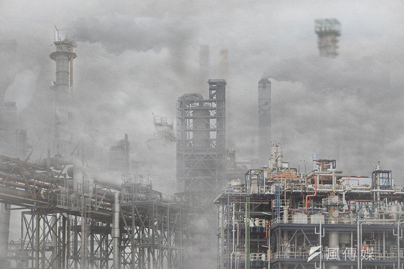 台灣近日遭受境外空氣污染物影響,環保署推出「懸浮微粒懶人包」抵抗霾害。(影像合成:風傳媒)