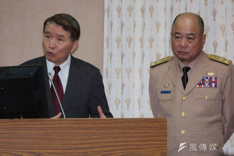 國防部長高廣圻(左)與海軍參謀長蕭維民列席立院外交國防委員會。(余志偉攝)