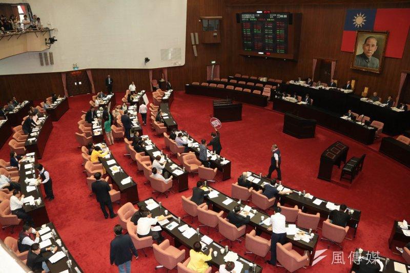 為了趕在6月16日前將修憲案送出立法院,朝野立院黨團將從下周起開始審查修憲案。(余志偉攝)