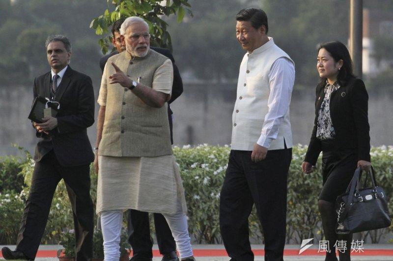 印度總理莫迪(左)與中國國家主席習近平。(美聯社)