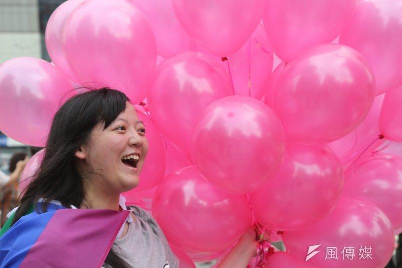 台大學生生會性別工作坊舉辦「粉紅快閃圍西門、為愛高歌反恐同」活動,呼籲社會大眾支持性別平權。(吳逸驊攝)