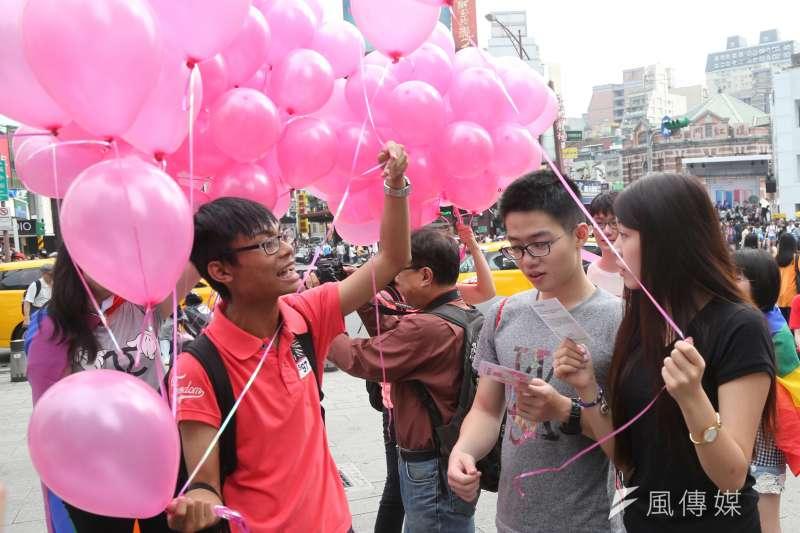 台大學生生會性別工作仿舉辦「粉紅快閃圍西門、為愛高歌反恐同」活動,呼籲社會大眾性別平權,打破異性與同之間高牆。(吳逸驊攝)