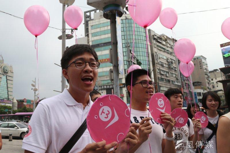 台大學生生會性別工作坊舉辦「粉紅快閃圍西門、為愛高歌反恐同」活動,呼籲社會大眾支持性別平權,打破異性與同之間高牆。