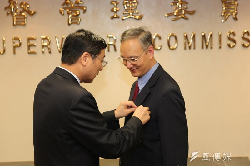保險安定基金董事長朱雲鵬退休,獲頒二等金融專業獎章。(保險安定基金提供)
