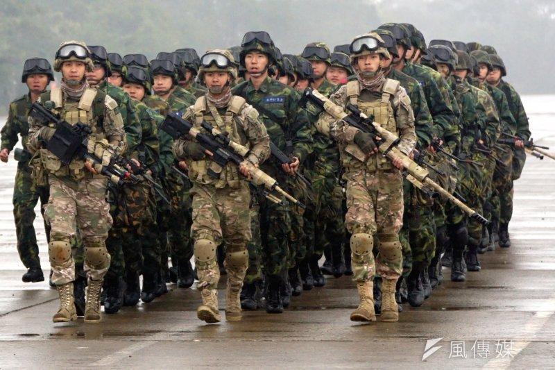 因兵力短缺,原訂年底役男改服替代役取消,23100名役男仍要到部隊服役。(資料照,蘇仲泓攝)