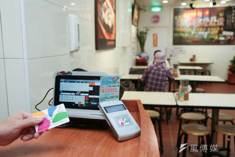 台北市長柯文哲力推台北市行動支付,然而捷運地下街悠遊卡電子支付工具僅4成,東區地下街僅7%。(資料照,余志偉攝)