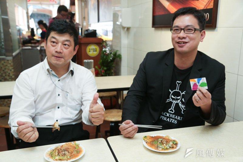 悠遊卡公司董事長戴季全(右)用悠遊卡在寧夏夜市吃蚵仔煎,他表示悠遊卡得天獨厚,確實有巨大商機。(余志偉攝)