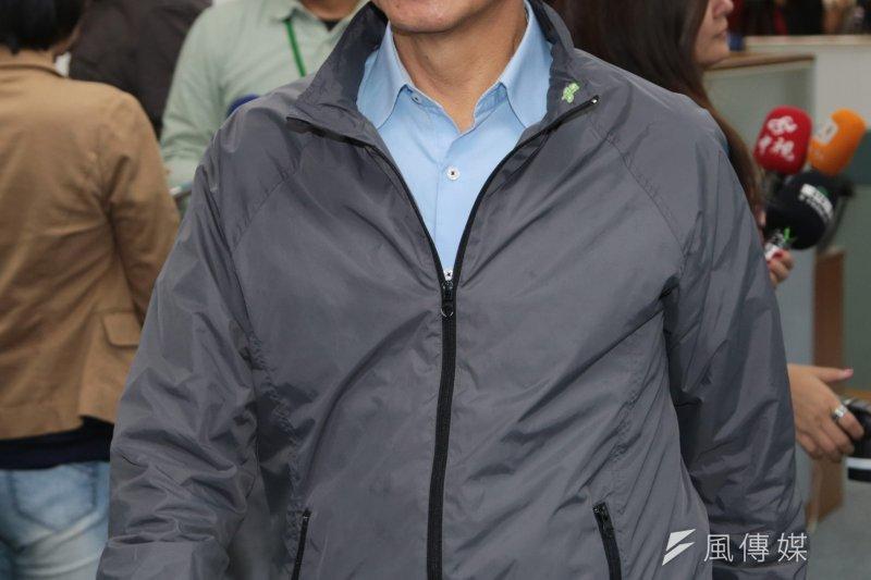 游錫堃貼出晚間公園野狗群聚的影片,遭動保團體抨擊並要求刪除,對此游表示,是想表達市政府應讓人和動物各安其所。(資料照,余志偉攝))