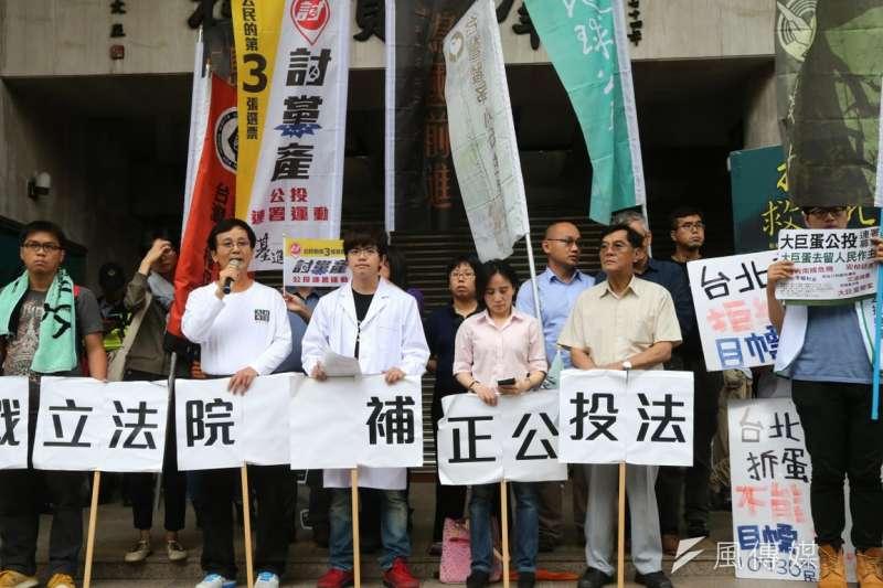 立院21日修憲委員會開會,立法院外則有18歲公民權推動聯盟前來靜坐抗議。(吳逸驊攝) (複製).jpg
