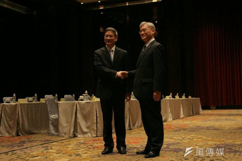 台灣陸委會主委夏立言(右)向國台辦主任張志軍當面表達抗議,對於中方國安法草案的內容表達台灣民眾的不滿。(葉信菉攝)