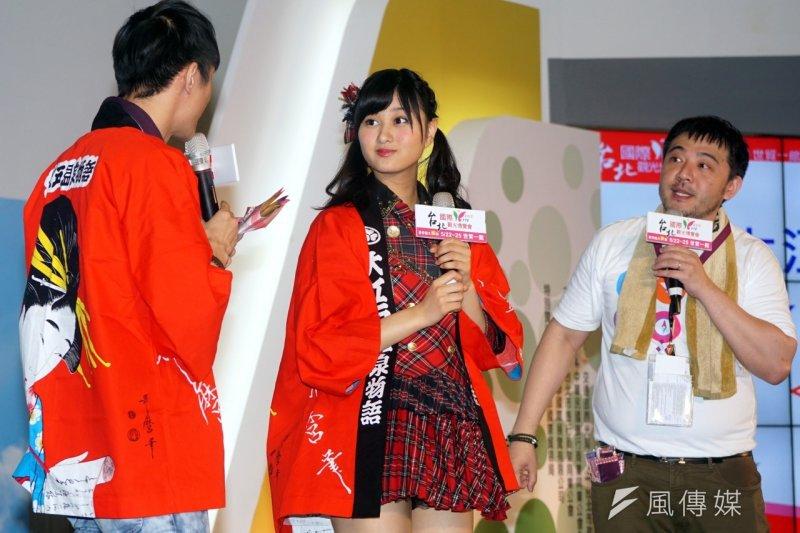 台北國際觀光博覽會邀請日本女子團體AKB48的野澤玲奈(中)前來,野澤玲奈也積極宣傳日本的溫泉,歡迎台灣人前往。(蘇仲泓攝)
